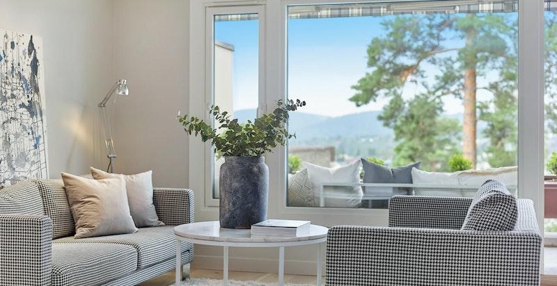 Store vindusflater i boligen som i kombinasjon med lyse og nyrenovert overflater skaper en hyggelig atmosfære