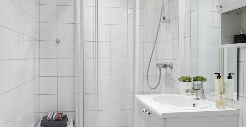 Bad nummer 2 er innredet med dusj, servantskap og toalett
