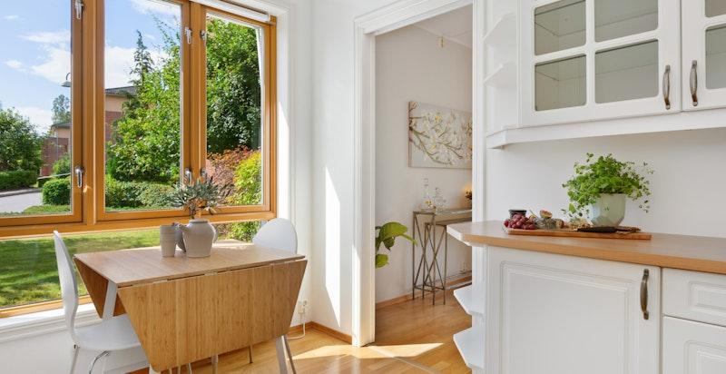 Hyggelig plass for spisebord, hvor man ser ut mot grønne omgivelser