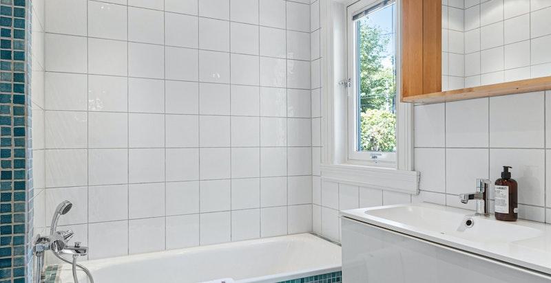 Flislagt dusjbad med badekar