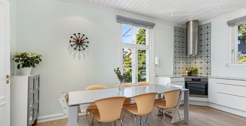 Spiseplass med god plass tiil spisebord