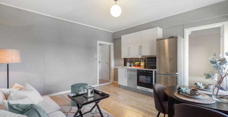 Innredningsvennlig stue med plass til både sofa og spisebord.