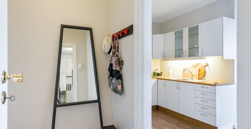 Entreen med inngang til stuen og kjøkkenet.