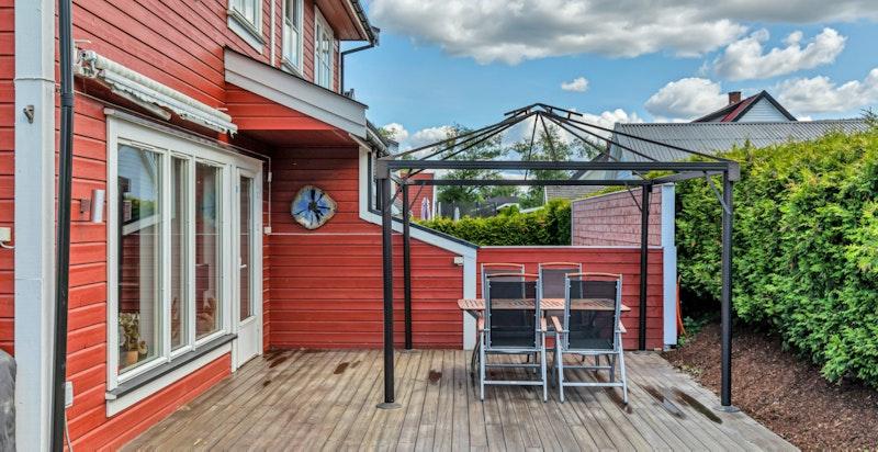 Frs stuen er det utgang til koselig terrasse på på ca 44 kvm.