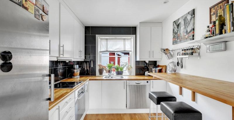 Boligen har separert kjøkken med integrert stekeovn og koketopp.