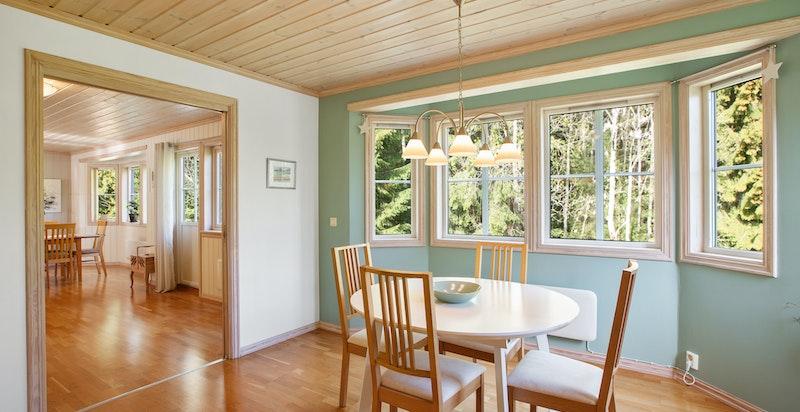 På kjøkkenet er det mulighet for hyggelig frokostbord ved vinduet.