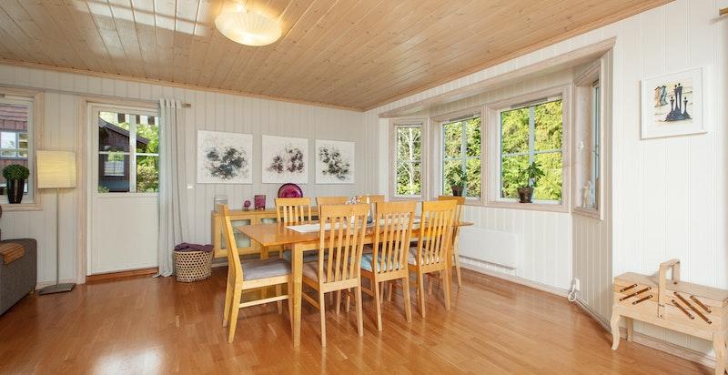 Spiseplass ved vinduet med plass til større spisebord om ønskelig.