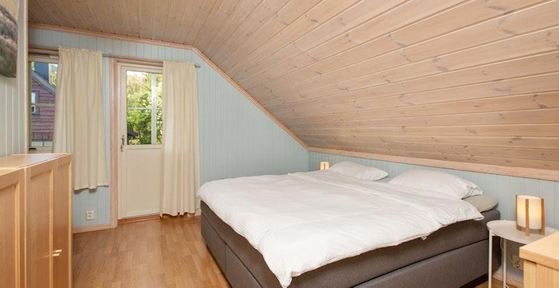 Hovedsoverom med god plass til seng og oppbevaringsmuligheter.