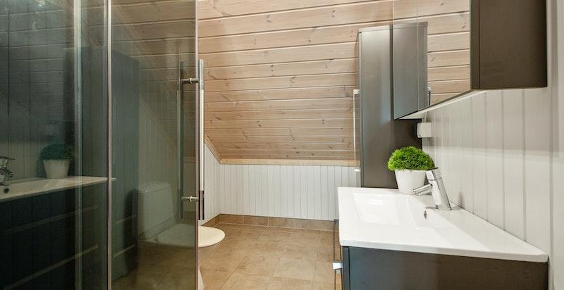 Bad nr.2 finner du i 2.etg. Flislagt fra byggeår med varmekabler i gulv.