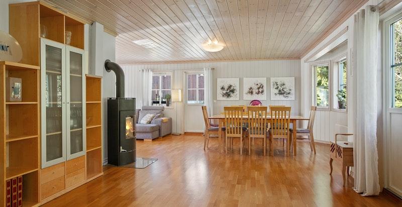 Arealeffektiv stue med plass til både spiseplass og tv-stue.