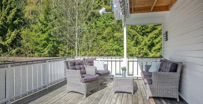 Delvis overbygd terrasse på ca 30 kvm.