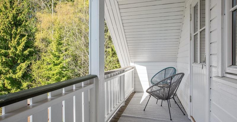 Fra hovedsoverommet er det utgang til sjarmerende balkong med utsikt mot skogen.