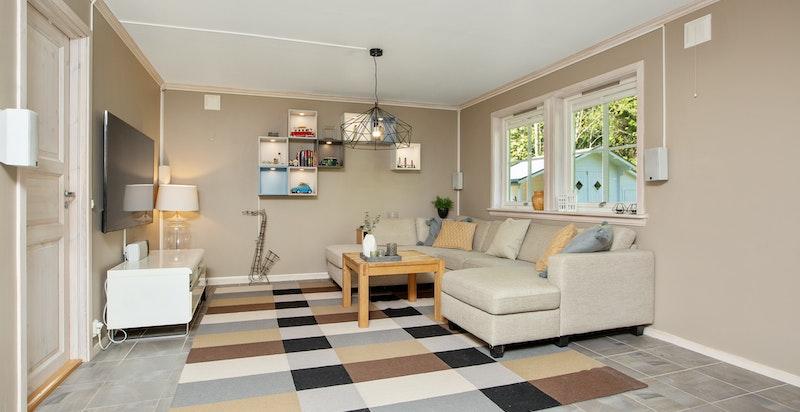 Fra entre er det direkte inn til romslig stue i utleiedelen. Alle rom (uten soverom) har varmekabler i gulv.