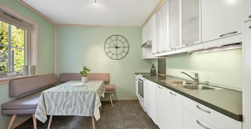 Separert kjøkken med innredning fra IKEA. Glatte og laminerte fronter!