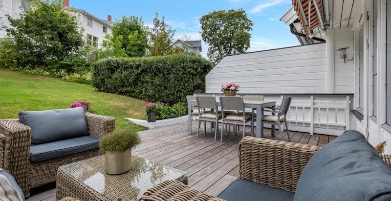 Terrassen er tekket med terrassebord i Kebony (2017). Motorisert markise