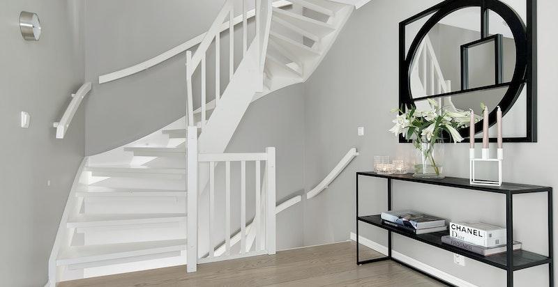 Trapp til 2. etasje - det er 3 soverom og bad i boligens 2. etasje
