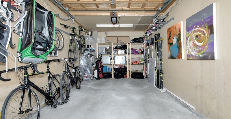Garasje integrert i underetasjen med lader for elbil. I tillegg disponerer boligen en biloppstillingsplass på sameiets grunn