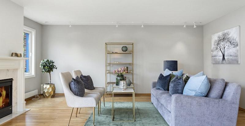 Det er plass både til sofagruppe og spisestue i stuen