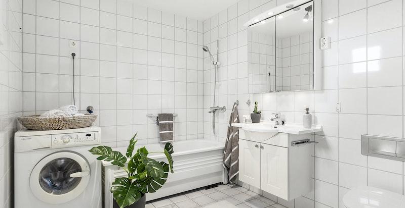 Ved hovedsoverom er det stort, flislagt bad med plass til vaskemaskin