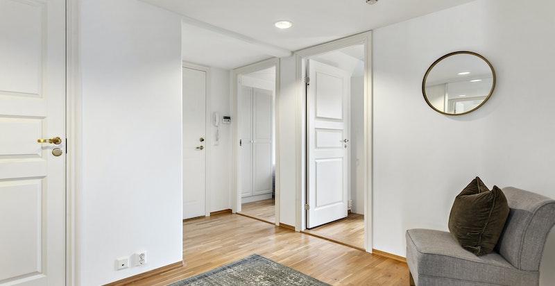 Ved hall er det også praktisk, innvendig bod (4 kvm) - nymalte vegger i hall