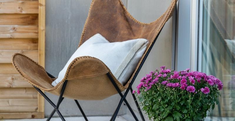 Her kan du kan nyte varme sommerdager på din vestvendte balkong på ca. 13 kvm.