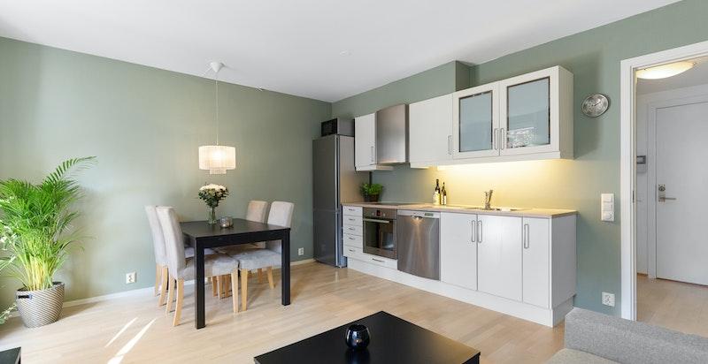 Åpen kjøkkenløsning med god plass til spisebord