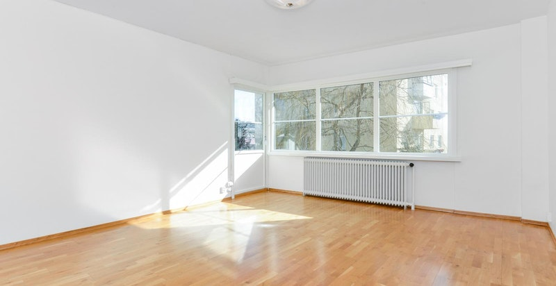 Lys og flott stue med store vinduer og utgang til balkong