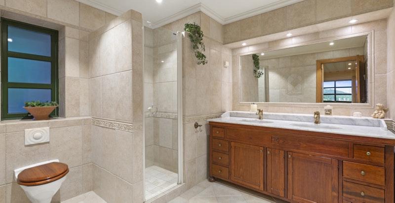 Vannbårenvarme i gulv på bad og innredning i behandlet heltre med både skap og skuffer
