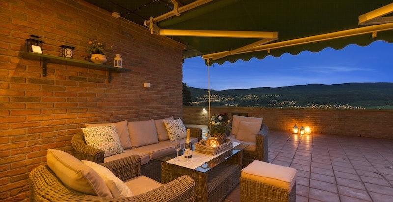 Terrassen har elektriske markiser med dobbel terrassedør.