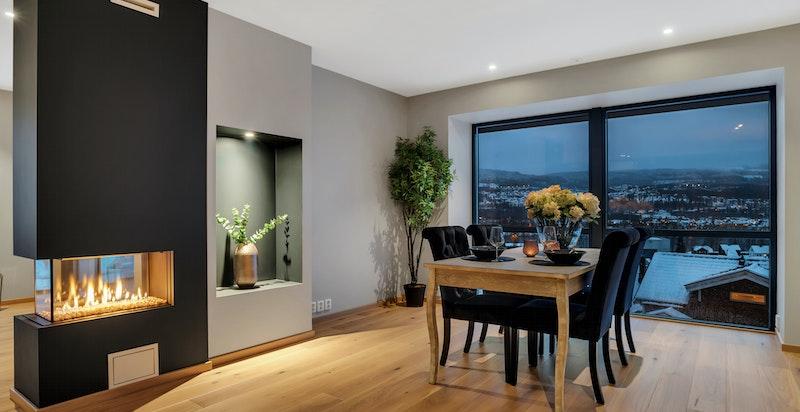 Meget romslig plass til større spisestue og godt med lys fra stor sydvendte vinduer.
