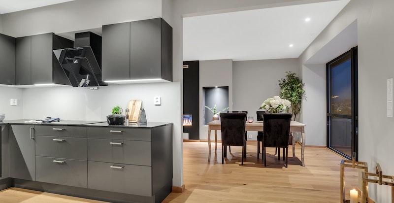 Delvis åpen løsning mellom stue/spisestue og kjøkken.