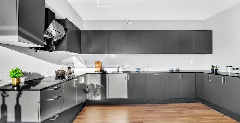 Leiligheten leveres med kvalitetskjøkken fra HTH og er bygget med rikelig med oppbevaringsplass.