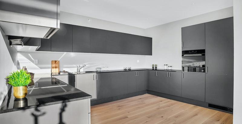 Det er montert granitt steinbenkeplate på kjøkkenet.