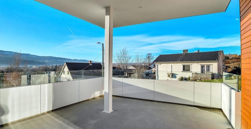 Fra stuen er det utgang til romslig balkong med utsikt over Nedre Eiker.