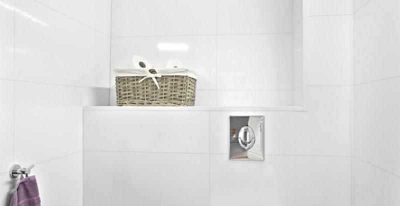 WC oppusset i 2014 med vegghengt toalett og servant.