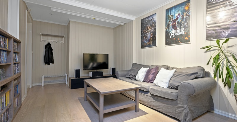 Kjellerstue/Kinorom i underetasjen med rom for sofa og tilhørende bord. Prosjektor og lerret kan medfølge dersom ønskelig.