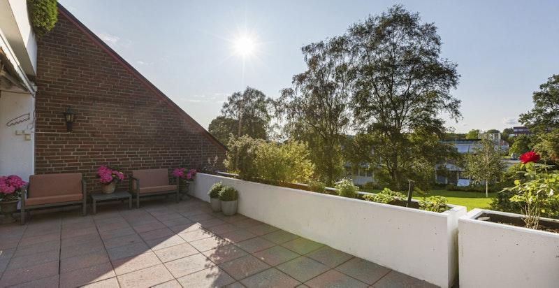 Rikelig med sol på terrassen, samt morgensol på terrasen ved inngangen.