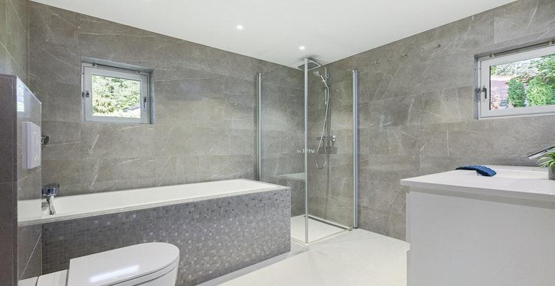 Bad/wc 1 med badekar og dusjhjørne. Pusset opp i 2016.