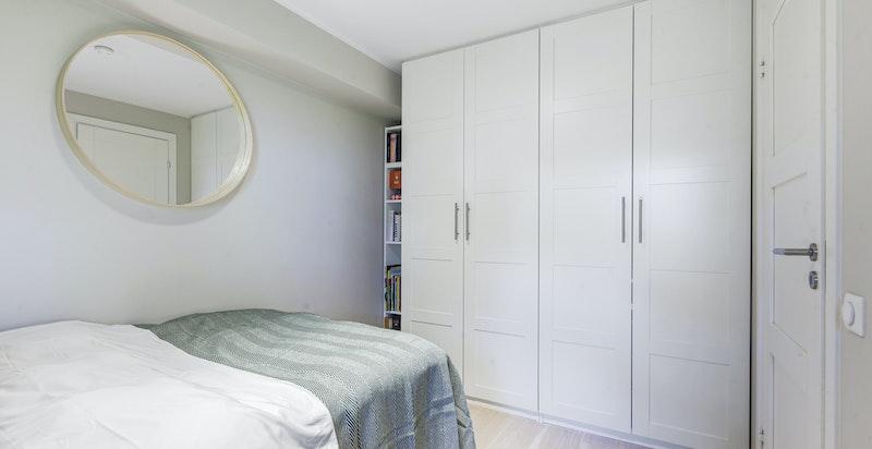 Soverom 2. God plass til seng og garderobeskap. Inngang fra gangen.