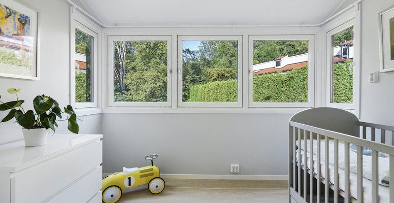 Soverom 3. Praktisk rom som kan benyttes som barnerom, kontor etc. Rommet adskilles med skyvedør mot kjøkken.