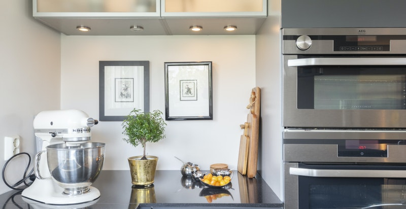 Kjøkkenet er praktisk designet med gode arbeidsflater og lagringsplass