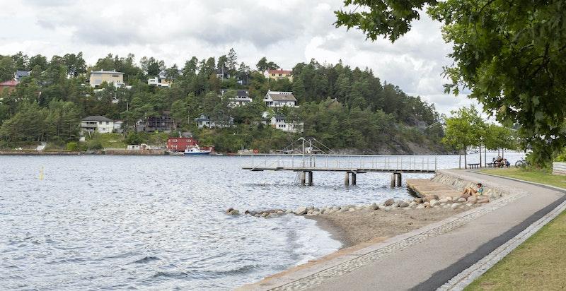 Fra eiendommen er det kort vei til fjorden med flere populære badeplasser