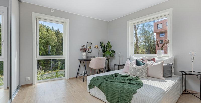 Stort og lyst soverom med god plass til dobbeltseng og annet ønsket møblement.