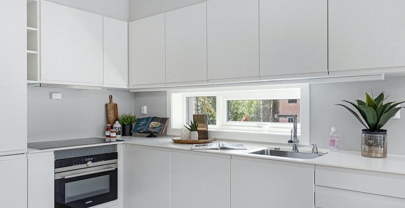 Det medfølger integrerte hvitevarer som inkluderer oppvaskmaskin, stekeovn og kombiskap.
