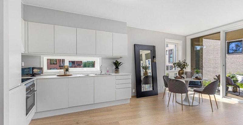 Kjøkkenet er utstyrt med kompaktlaminat benkeplate, underlimt stålvask, ettgreps uttrekksarmatur og slimline ventilator.