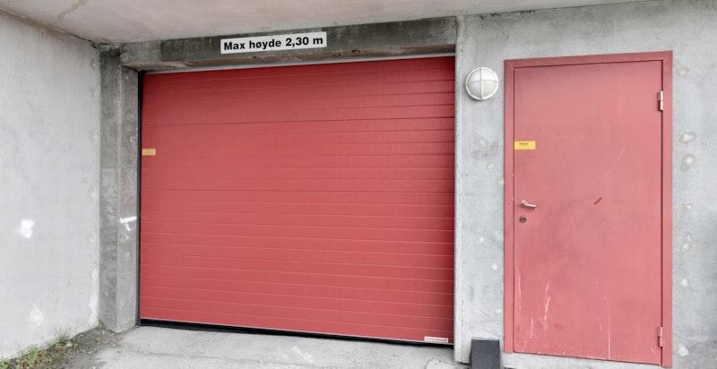 Innkjørsel og port til garasjeanlegget. 2 p-plasser
