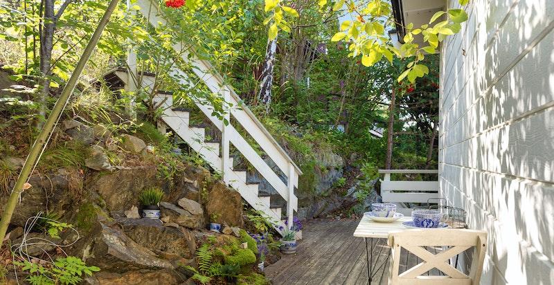 Terrasse i 2. etasje med trapp til 100- meterskogen