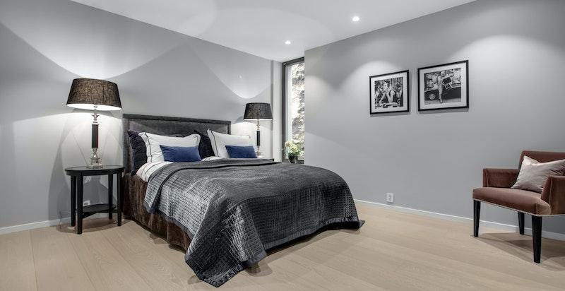 Det er tre soverom i leiligheten - to med ekstra god størrelse