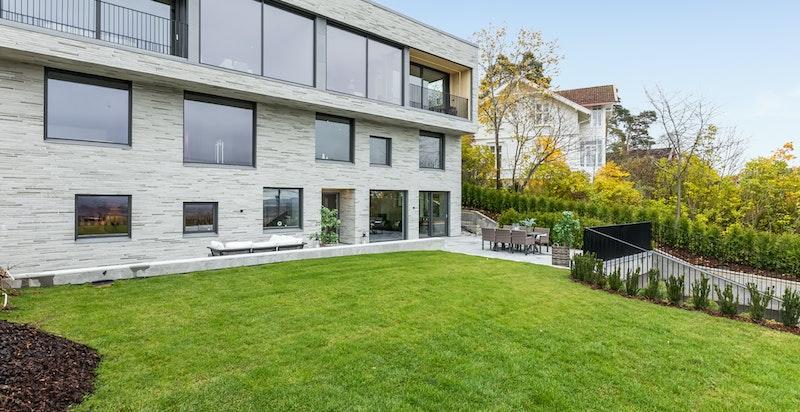 Gode solforhold og nydelig utsikt kan nytes til det fulle på den store terrassen