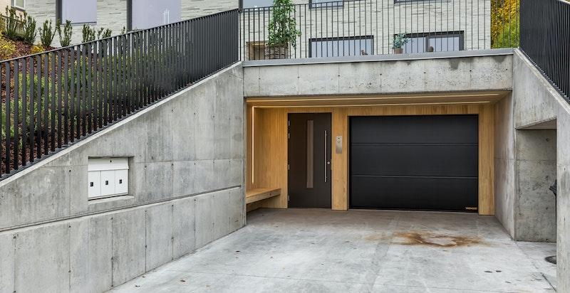 Det medfølger 2 biloppstillingsplasser i garasjeanlegg. Fra garasjen går det heis direkte til leiligheten.